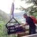 Christoph Stein hat den Aufzug mit leeren Flaschen beladen und befördert sie runter ins Ramsteiner Loch.