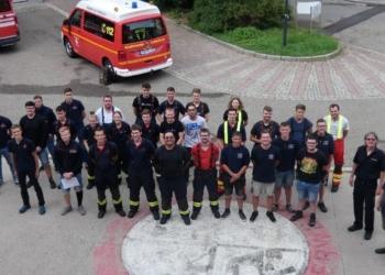 Die Feuerwehrneulinge und ihre Ausbilder. Foto: pm
