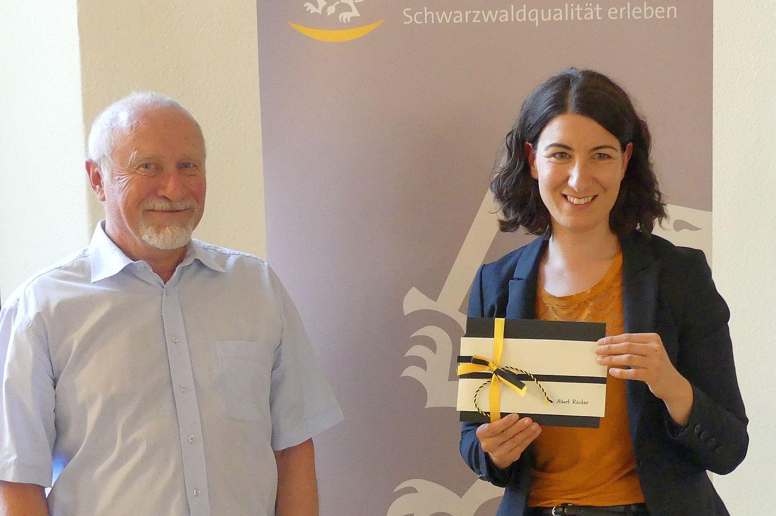 Oberbürgermeisterin Dorothee Eisenlohr überreicht Albert Röcker als Abschiedsgeschenk HGV-Gutscheine und Künstlerpostkarten mit Schramberger Szenen.