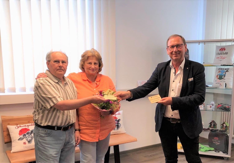 Kurt und Marianne Fiedler freuen sich mit Ortsvorsteher Manfred Moosmann. Foto: pm