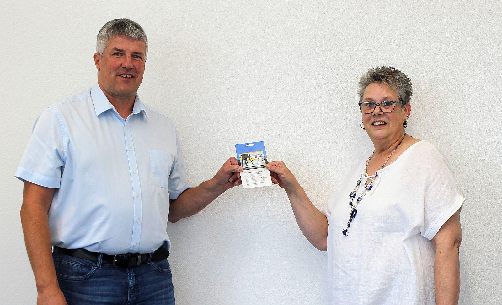 Christian Blessing, Vertriebsleiter der Stadtwerke Schramberg und die Gewinnerin Ursula Reis. Foto: pm