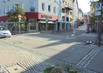 Nach den Handwerkerferien beginnen die Arbeiten am Hirsoner Platz. auch die schadhaften Pflasterstreifen auf der Hauptstraße klässt die Stadt entfernen. Stattdessen soll ein Betonpflaster hier verlegt werden. Fotos: him