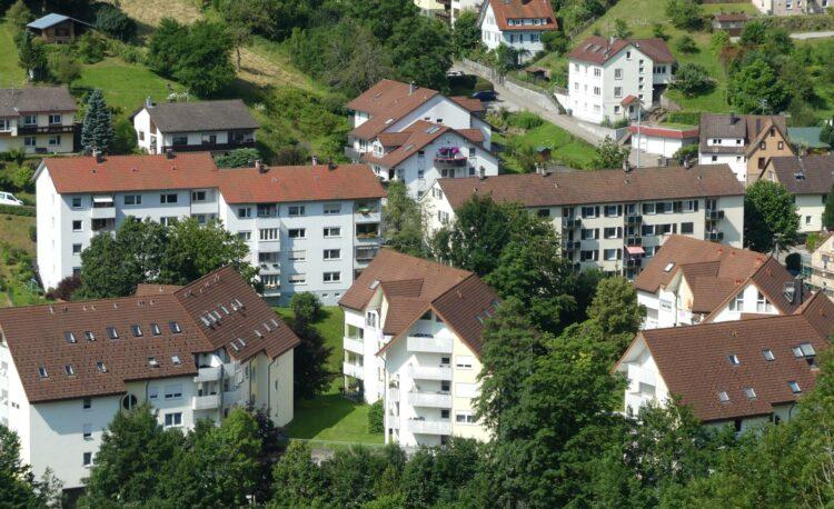 Was kostet hier die Miete? Der Mietpreisspiegel informiert. Blick aufs Höfle in Schramberg. Foto: him