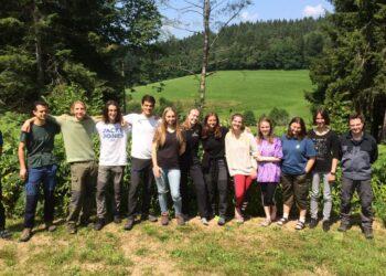 13 junge Erwachsene Studenten aus aller Welt beteiligten sich zwei Wochen lang beim IBG Camp in Lauterbach. Unser Bild zeigt die Gruppe zusammen mit ihrem gemeindlichen Betreuer, Bauhofmitarbeiter Simon Kaupp, bei einer Arbeitspause draußen in der Natur. Foto: pm