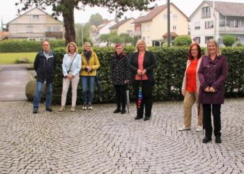 Schulleiter Jan Hofelich und Bürgermeisterin Carmen Merz (von rechts) begrüßen die Gäste mit der CDU-Ortsverbandsvorsitzenden Monika Schneider und                    der Bundestagskandidatin Maria-Lena Weiss an der Spitze. Die folgende Debatte beinhaltete alle bildungspolitischen Herausforderungen, die durch Corona                    einen weiteren Schub erhalten haben.Foto: pm