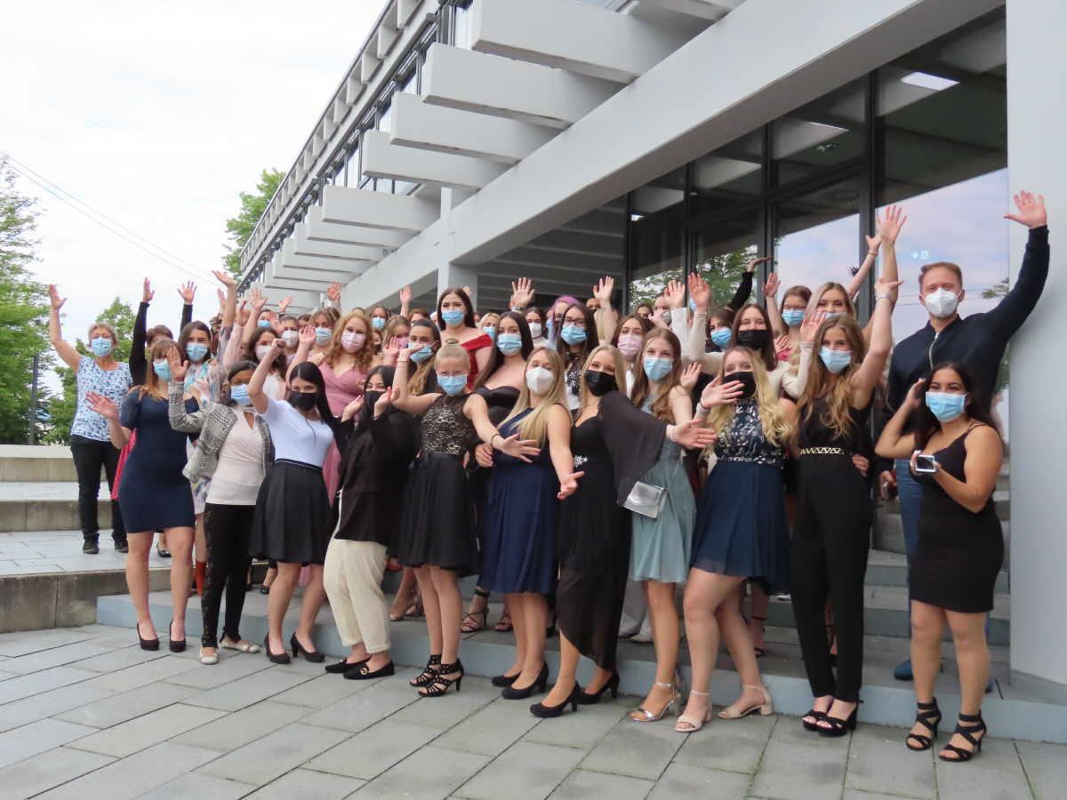 Freude über den erlangten Abschluss bei den Zahnmedizinischen Fachangestellten. Foto: Schüürmann