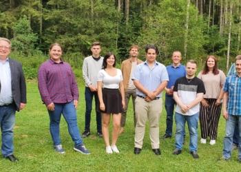 Ali Zarabi (vorne Mitte) ist neuer Vorsitzender des Juso-Kreisverbands Rottweil. SPD-Kreisvorsitzender Mirko Witkowski (vorne links) freut sich auf die Zusammenarbeit. Foto: pm