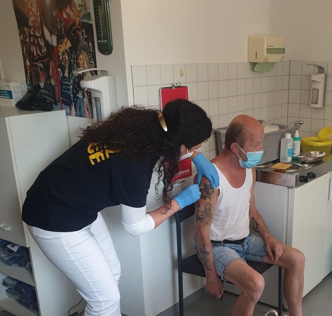 Nach einer Impfaktion der Stadt Rottweil in Zusammenarbeit mit dem Pandemiebeauftragten Dr. Bernhard Schönemann sind nun 80 Prozent der Bewohner in der städtischen Obdachlosenunterkunft vor Covid-19 geschützt (Foto: Stadt Rottweil).