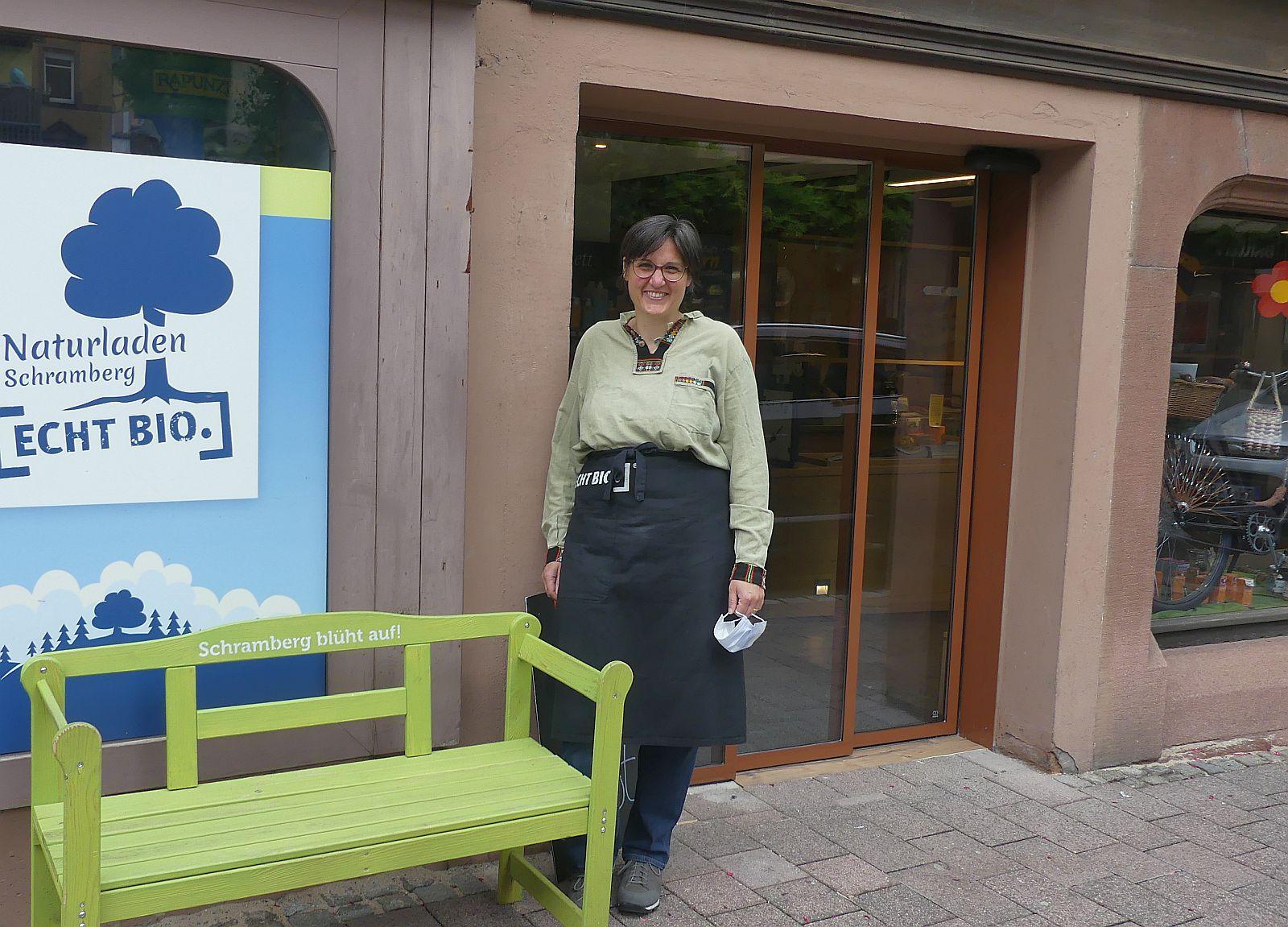Dorothee Nagel freut sich über die abgesenkte Schwelle und die neue Schiebetüre.       Foto: him