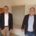 Beim Rundgang durch die fast fertige Schule: Bürgermeister Franz Moser (von links) und Mirko Witkowski. Foto: pm