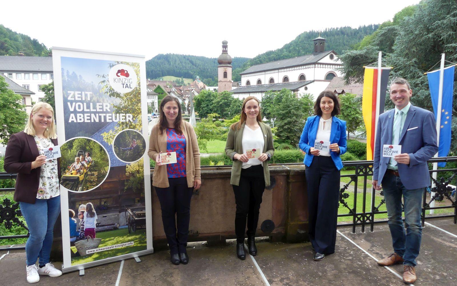 """Sie haben die """"Schwarzwald Tourismus Kinzigtal"""" im Schramberger Schloss vorgestellt (von links): Aylin Schirling, Assunta Finke, Schmider, Dorothee Eisenlohr und Thomas Geppert. Foto: him"""