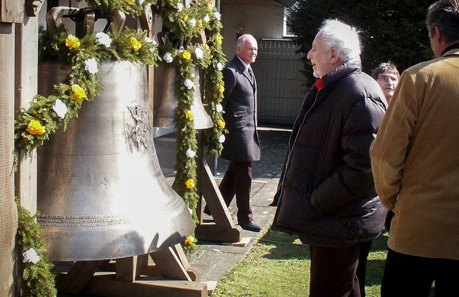 Am Ostermontag 2010 war Siegfried Haas bei der Weihe der von ihm gestalteten Glocken in Unterstadion. Foto: privat