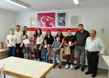 Freude bei Preisrträgerinnen und Preisträgern, den Eltern, der Lehrerschaft und Vereinsvorstand  Ibrahim Er (rechts). Fotos: pm