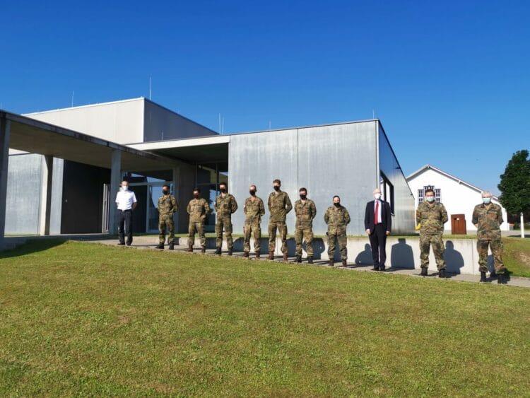 Von links: Kreisbrandmeister Nicos Laetsch, die Soldatinnen und Soldaten, Landrat Dr. Wolf-Rüdiger Michel, Major Rene Stragies (Batteriechef 3./295)und Oberstleutnant Ingo Lütjohann (KVK Rottweil). Foto: pm