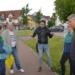 Matthias Rehfuß  (in der dunklen Lederjacke) erläutert die Verkehrssituation im Wittumweg. Professor Jürgen Gerlach (zweiter von rechts), Konrad Ginter(links) und OB Dorothee Eisenlohr (zweite von links) hören zur.         Foto: privat
