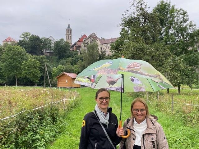 Annette Reifließ sich von der grünen Stadträtin Ingeborg Gekle-Maier (rechts) die Pläne für die Landesgartenschau in Rottweil zeigen. Foto: pm
