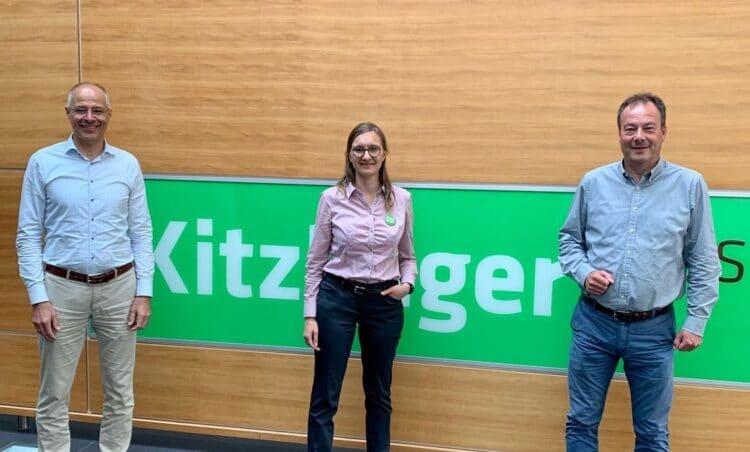 Bundestagskandidatin Annette Reif mit den beiden Geschäftsführern Uwe und Otto Kitzlinger: Holzpreise und Fachkräftemangel machen zu schaffen. Foto: pm