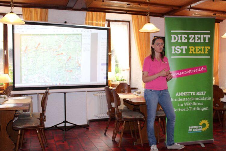 Grünen-Bundestagskandidatin Annette Reif bei ihrem Ortsbesuch in Lehengericht, wo das Problem des Plastikmülls besprochen wurde. Foto: pm