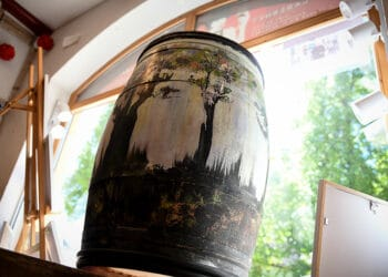 Blickfang im Schaufenster der Bacchus-Vinothek: Ein von Raimund Selinka gestaltetes Holzfass. Foto: al