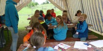 Im Kreativbereich  malen die Kinder Namensschilder für die Tiere auf dem Erlebnisbauernhof. Fotos: him
