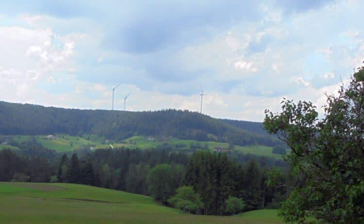 Die drei Windräder vom Fohrenbühl aus gesehen.