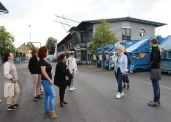 Bettina Schuler-Kargoll zeigt den Teilnehmerinnen ihren Recyclingbetrieb. Foto: pm