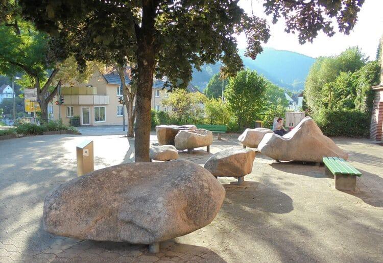 Der Findlingsbrunnen nach der Wiederinbetriebnahme des Brunnens. Foto: him