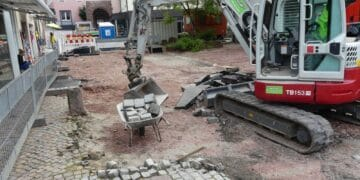 Nun bekommt auch der Hirsoner Platz eine neue Oberfläche. Foto: him