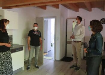 In einer Ferienwohnung im Schwabenhof: Elke und Peter Armbruster im gespräch mit Daniel Karrais und OB Dorothee Eisenlohr (von links). Foto: pm