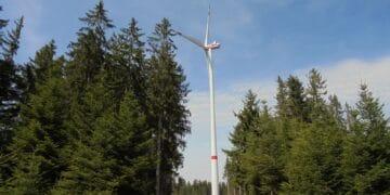 Eine der drei großen Windkraftanlagen im Windpark Falkenhöhe. Fotos: him