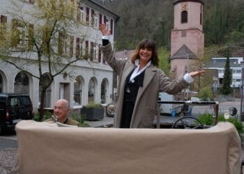 Gitta Saxx bei Dreharbeiten für eine SWR-Produktion. Dr. Hans-Jochem Steim kutschierte sie im April 2016 in einem seiner Oldtimer durch die Stadt. Archiv-Fotos: him