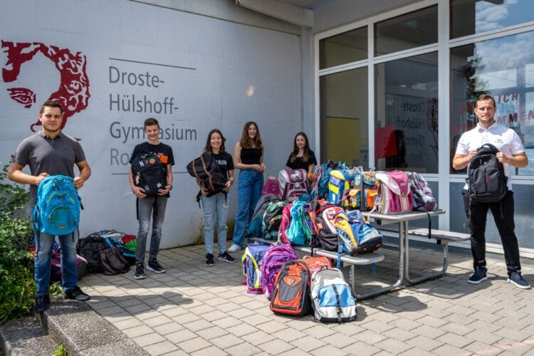 43 Schulranzen für Kinder in Rumänien  sammelten Schüler des DHG in Rottweil. Foto: pm