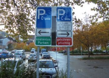 Auf der linken Seite möchte die Stadt die Parkierungsflächen markieren, damit mehr Autos auf dem Platz parken können. Archiv-Foto: him