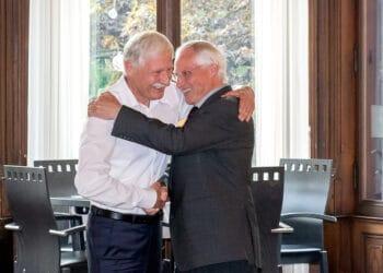 Guido Hettich (links) umarmt vom Bruder und Beiratsvorsitzenden Stefan Hettich. Fotos: pm