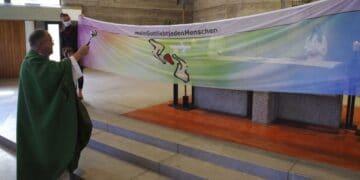Pfarrer Jürgen Rieger segnet die Fahne für die Freiheit. Foto: Roland Zimmerer