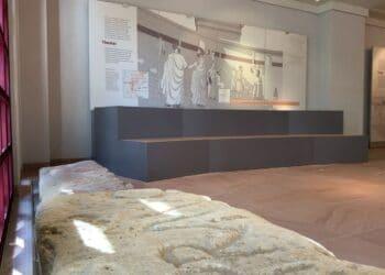Sitzsteine (vorne) geben im Dominikanermuseum Aufschluss über öffentliche Theater-Aufführungen im römischen Rottweil. Foto: Sophia Miller