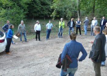 Mitglieder des Ausschusses und der Stadtverwaltung an der Verbauung des Glasbachs. Foto: him