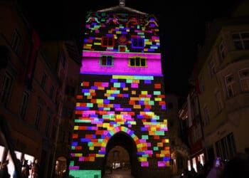 Zahlreiche Zuschauer haben am Freitagabend die Premiere eines zehnmitütigen Licht- und Klangspektakels am Schwarzen Tor bestaunt. Foto: al