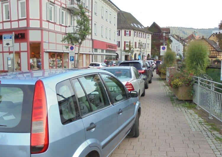 Kein Durchkommen: Gehwegparker vor der Baustelle in der Hauptstraße.  Fotos: him