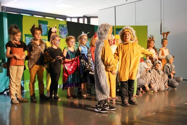 """Die Klasse 2a hatte mit ihrer Klassenlehrerin Ursula Jorga das Theaterstück """"Was ist das Schönste auf der Welt?"""" einstudiert. Foto: pm"""