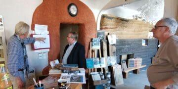 Im Ausstellungsraum der Firma Glück Lehmbau traf sich SPD-Bundestagskandidat Mirko Witkowski  mit den beiden Firmenchefs Stefan Glück (links) und Thomas Glück (rechts) und informierte sich über klimafreundliches Bauen mit Lehm. Foto: pm