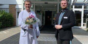 Helios Klinikgeschäftsführer Tobias Grundmann begrüßt den neuen Chefarzt Dr. Stefan Pastor. Foto: Helios Rottweil