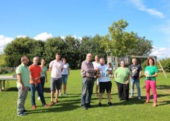 ubert Nowack überreichte dem 100. Mitglied Christian Müller ein Fässle Bier, im Kreis seiner Vorstandskollegen und einiger neuer Mitglieder. Foto: pm