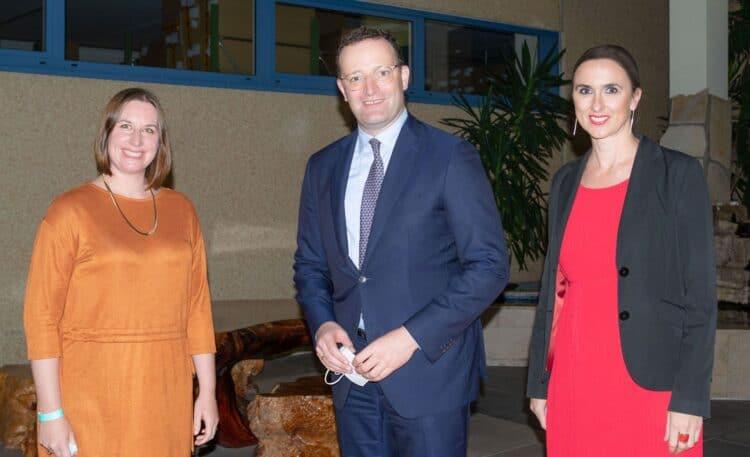 Die MedicalMountains-Geschäftsführerinnen Julia Steckeler (links) und Yvonne Glienke mit Bundesgesundheitsminister Jens Spahn. Foto: pm
