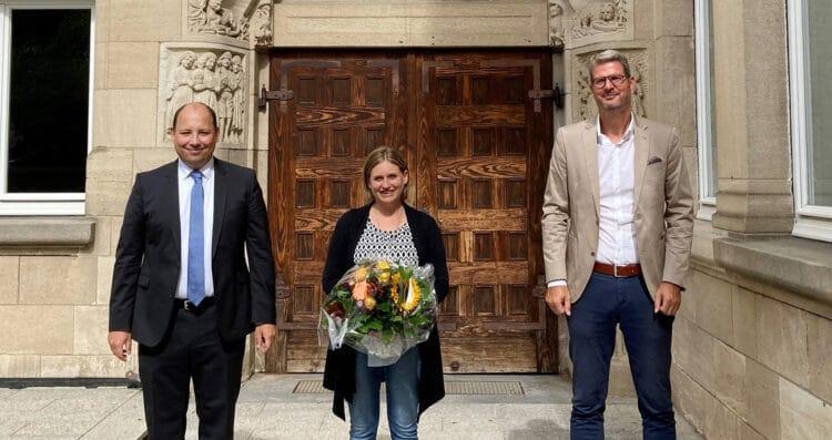 Bürgermeister Dr. Christian Ruf, Melanie Neininger und Fachbereichsleiter Bernd Pfaff (von links) vor dem Eingangsportal der Johanniterschule (Foto: Stadt Rottweil / Hermann).