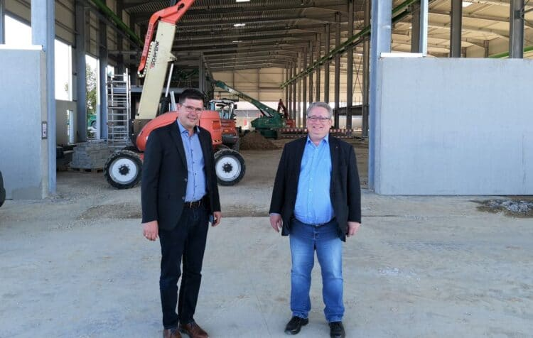 Beim Rundgang durch die Firma Glatthaar Starwalls mit dem Geschäftsführer Mark Biesalski (links) besichtigte SPD-Bundestagskandidat Mirko Witkowski auch die neue Fertigungshalle, die 2022 in Betrieb gehen wird. Foto: pm