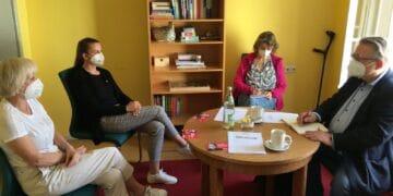 SPD-Bundestagskandidat Mirko Witkowski (rechts) war zusammen mit Traude Mangold (zweite von rechts) zu Besuch bei Sabine Hemmer-Burgbacher (links) und Julia Schneider (zweite von links) bei Arcus - Agentur für Soziales.  Foto: pm