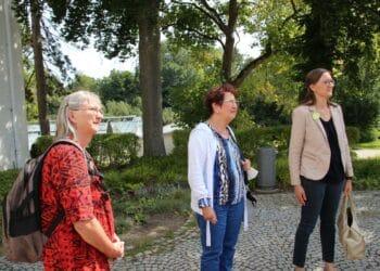Von links: Chefärztin Dr. Gabriele Polzer, Gerlinde Kretschmann und Annette Reif beim Rundgang durchs Rottenmünster. Foto: mm
