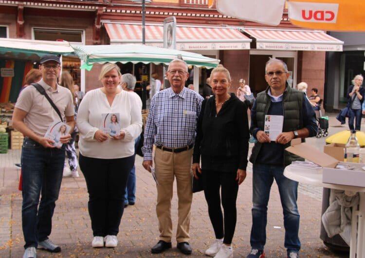 Die CDU-Bundestagskandidatin Maria-Lena Weiss (zweite von links) in Schramberg. Unterstützt und begleitet von dem CDU-Stadtverbandsvorsitzenden Thomas Brantner (rechts) und seinem Team. Foto: pm
