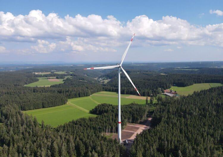 Eine der drei neuen Windkraftanlagen auf der Falkenhöhe. Foto: pm
